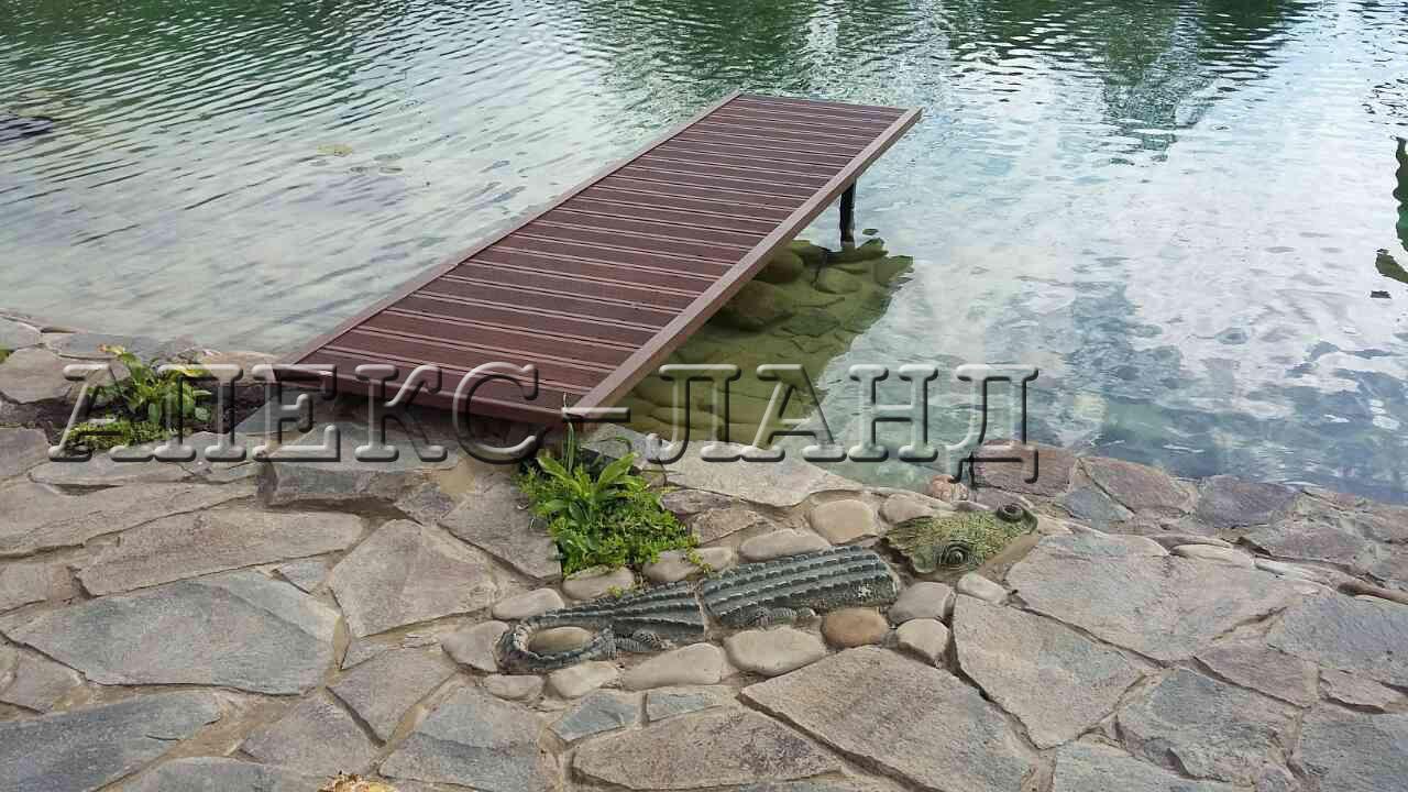 Деревянный мостик.  Мостик используется для ныряния в водоем.